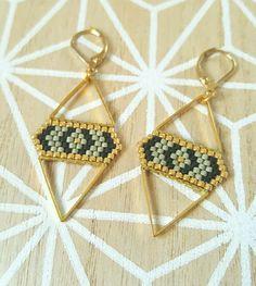 ▲ Boucles d'oreilles pendantes dorées ▲ ▲ Modèle Losange ▲  Elles sont formées de deux connecteurs triangles en métal doré entre lesquels à été tissé un empièc - 17110816