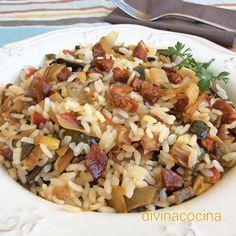 Disfruta de un arroz salteado con verduras y chorizo.