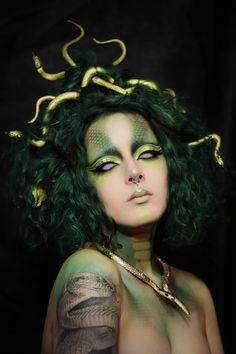 Medusa makeup and headpiece for halloween. Easy costume for Halloween. Informations About Medusa Pin You can … Fx Makeup, Airbrush Makeup, Party Makeup, Makeup Inspo, Makeup Inspiration, Face Off Makeup, Makeup Ideas, Joker Makeup, Halloween Makeup Looks