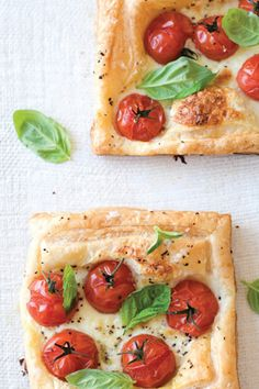 Caprese tarts (recipe by Sweet Paul). Love caprese, this looks good! I Love Food, Good Food, Yummy Food, Crazy Food, Sweet Paul, Appetizer Recipes, Yummy Appetizers, Foodies, Cooking Recipes