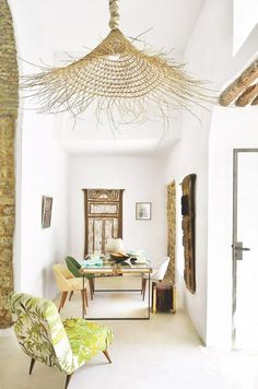 Dining rooms don't have to be formal or stuffy. We're all about a boho chic dining space, too! Check out these 40 dining rooms that master boho interior design. For more dining room design ideas, go to Domino! Tropical Home Decor, Tropical Houses, Rustic Style, Modern Rustic, Modern Farmhouse, Basket Lighting, Lighting Ideas, Bamboo Lamp, Deco Nature