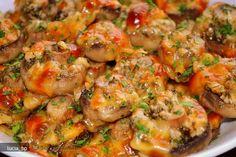 Curatati ciupercile si lasati o parte din codita atasata la palarie.  Asezati-le intr-un vas termorezistent, unele langa altele.   Separat, combinati ardeiul chili, usturoiul, sarea, sucul de lamaie, patrunjelul verde si ...