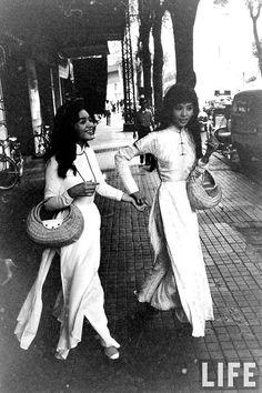 """Mỹ nữ Việt xưa """"thắt đáy lưng ong"""" với tà áo dài thướt tha"""