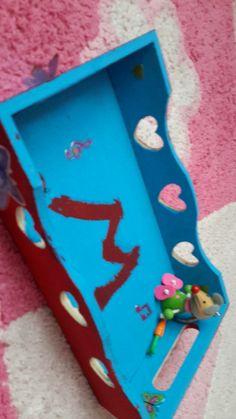 Il vous fauts une boite en bois (picwic ou ...)des autocollants de la peinture en tubes des rouleaux de peinture et des objets pour décorer  (ex porte cle )