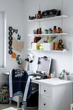 The 5 most important tips for more order at the desk youth room DEKOD . Boy Room, Kids Room, Desk Space, Colorful Pillows, House Rooms, Bean Bag Chair, Interior Decorating, Room Decor, Furniture
