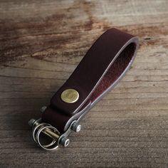 Il s'agit d'un porte-clé avec une barre de porte-clé original. À l'aide d'une clé allen, vous pouvez attacher et détacher vos clés. Une clé allen (taille: 7/64 po) est inclus avec votre clé.  MATÉRIEL La ceinture est faite de cuir véritable.  BAGUE BARRE La barre est fabriqué à la main d'un design original.Le bar est amovible pour le rendre plus facile à attacher et détacher vos clés. (Voir la vidéo https://vimeo.com/70451244)  En utilisant le composant logiciel enfichab...