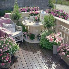 Cable drum painted and decorated with flowers – Small Balcony Decor Ideas Patio Shabby Chic, Shabby Chic Terrasse, Landscape Design, Garden Design, Flower Landscape, Cable Drum, Small Balcony Garden, Narrow Garden, Balcony Gardening