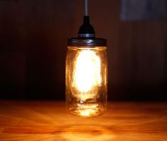 Você pode fazer uma linda e diferente luminária com pote de vidro e decorar de forma diferenciada e muito barata qualquer ambiente de sua casa. E não se