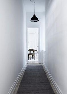 Private home of the Danish designer Yvonne Koné in Copenhagen, Denmark © Photo by: Line Klein Styling by: Stine Langvad for ELLE Decoration interior design Best Interior, Interior And Exterior, Dark Carpet, Entry Hallway, White Hallway, Bright Hallway, Scandinavian Living, Bedroom Carpet, Hallway Carpet