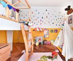 Peças @amomooui nesse quarto confortável cheio de estampas e cores. Na parede adesivos e réguas de altura que ajudam a destacar o amarelo que percorre toda a parede. Na cama, lençol Dogs dia e muitas almofadinhas diferentes e modernas. Projeto da Pro.a Arquitetos para Mooui e Mimoo Toys n Dolls. #quartomoderno #quartoamarelo #colorido #kidsroom #decor #camacasinha #adesivodeparede #quartosemgenero