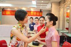 在妆容设计上,眼线要拉长,口红要用传统的中国红,再搭配一对细细的柳叶眉,力求凸显东方女性的古典式内敛、含蓄美。