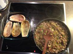 Foto 4: ...eine gewürfelte Paprika und Tomate sowie das Fruchtfleisch von den ausgehöhlten Auberginen dazugeben!....