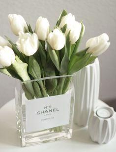 Excuse me, aber Blumen in einer Designer Vase – can it get any better!? Ich glaube nicht, also spitzt den Bleistift, schnappt euch einen Einkaufszettel und notiert euch, was ihr für dieses kleine aber überaus feine DIY benötigt.