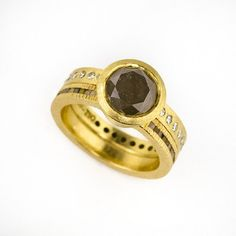 Todd Reed at Patina Gallery. Ring, 18K Gold, Light Grey Brilliant Stone (3.17cts), White Brilliant Diamonds (0.3625 ct tw), Raw Diamond Cubes (0.52 ct tw), Ring Size Approx 5