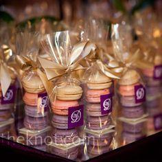 Que tal macarons ao invés de bem-casados? Junto com o café, na saída do casamento ... hummmmm... que delícia! #casamento #gift #lembrancas #macarons { post by www.mariarossetti.com.br }