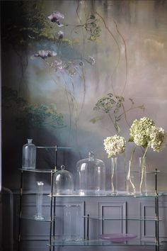 Claire Blaser is a French artist who lives and works in a former school in Les Ormes, on the outskirts of Paris. And every day it enjoys creating evocative compositions of flowers that serve as a source of inspiration for his masterpieces.