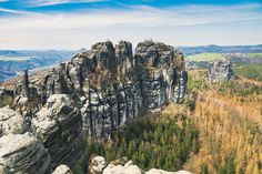 Ich folge dem Gratweg über die Schrammsteine. Über Eisentreppen, Steinstufen und kurze, aber ungefährliche Kletterpartien führt der Wanderweg mal über, mal unter den Sandsteinfelsen hindurch. Kurz vor der Aussicht zur Breiten Kluft finde ich ein schattiges Plätzchen und mache es mir gemütlich. Aus dem Tal zieht das Rauschen eines vorüberfahrenden Zuges herauf und über die Felsen streift ein mildes Lüftchen. Best Location ever. Location, Stone Steps, Rocks, Climbing, Stairway, Hiking