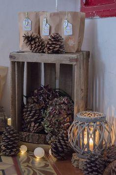 Nemusíte věšet věnec na dveře: 24+ úžasných nápadů, které stačí jen postavit před dveře a máte hotovo! | Prima inspirace Wedding Crates, New Years Tree, Centre Pieces, Entryway Tables, Christmas Crafts, Arts And Crafts, Advent, Table Decorations, Holiday