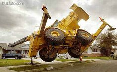 Funny Accident Photos - can NOT explain this one. Construction Fails, Heavy Construction Equipment, Heavy Equipment, Funny Accidents, Monster Trucks, Engin, Heavy Machinery, Weird Cars, Having A Bad Day