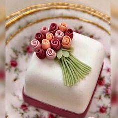 mini bolo com laço prata e mosquitinho em cima - Pesquisa Google