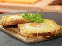 Schlemmerfrühstück für jeden Tag: Aus nur 3 Zutaten zaubern Sie sich einen leckeren Toast mit Spiegelei und Käse, das für kurze Zeit im Ofen backt.