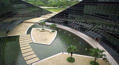 Este é o prédio da Escola de Arte, Design e Mídia na Universidade Tecnológica Nanyang, em Singapura. O prédio tem cinco andares...