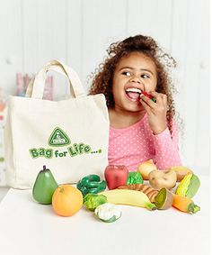 Comes with 16 pieces of realistic-looking play food including fruit, veg and bread.