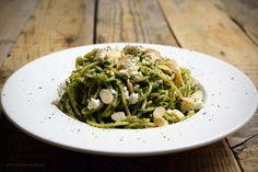 Pesto z jarmużu z makaronem Pesto, Spinach, Spaghetti, Vegetables, Ethnic Recipes, Food, Essen, Vegetable Recipes, Meals