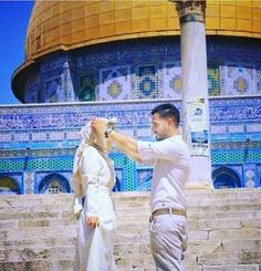 Muslim couple in alaqsa . Cute Muslim Couples, Cute Couples Goals, Romantic Couples, Wedding Couples, Couple Goals, Muslim Brides, Muslim Women, Love Pictures, Couple Pictures