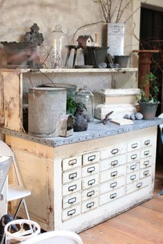 Zinc topped apothecary chest as potting bench; The Antique Gardener Sutter Creek, Farmhouse Decor, Country Decor, Potting Tables, Potting Sheds, Deposito Santa Mariah, Vintage Roses, Vintage Chest, Veranda