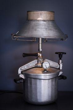 """Lampe cocotte """"Yvette"""" Ancêtre de la cocotte minute """"auto-thermos"""" datant des année 30, un ancien presse purée en métal lui sert d'abat-jour."""