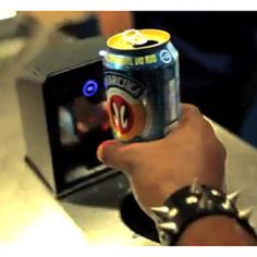 Latas de cerveza que se convierten en billetes de metro: en los carnavales de Río todo es posible