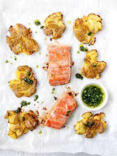 Fischfilets vom Blech mit Quetschkartoffeln und Kräuteröl Kraut, Palak Paneer, Curry, Ethnic Recipes, Food, Cilantro Recipes, Potato Mashers, Awesome Things, Sheet Metal