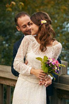 Ein wirklich wunderschönes aber dennoch schlichtes Brautkleid mit Applikationen <3 Foto: Marie B. Photography