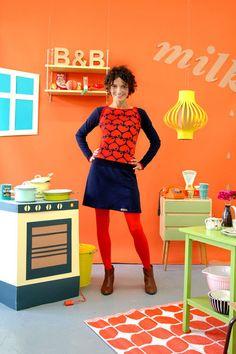 Schönes Kleid aus weichem blauen Baumwolljersey mit einem Herzmuster in dunkelblau-rot.Es hat kleine Knöpfe an den Einfaßbändern an den Schultern.Durc