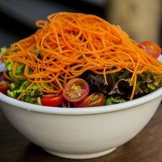 Salada da casa, mix de folhas, fios de cenoura, tomate cereja com molho clássico de mostarda dijon