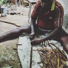 Some #actionshots from Boris's visit to a Sri Lankean #cinnamon producer. The bark is shaved off the branch, before small pieces are slotted into each other and formed into a tight roll to produce the famous #ceylon cinnamon sticks #spicefacts #knowwhereyourfoodcomesfrom #meetthefarmers #origins #handmade #handrolled #fresh #srilanka #organic #bio