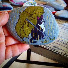 Cat and umbrella painted rock. Посмотрите эту публикацию в Instagram @ruth_rocks2016 • 20 отметок «Нравится»