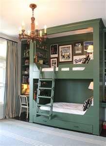 有書桌書櫃也有兩張床,佔的空間又小