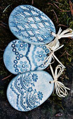 Velikonoční keramické vejce VELKÉ MODRÉ - placka Keramické placaté vajíčko s různými vzory. Zatřené kysličníkem. Velikost vajíčka - 6 cm Do objednávky prosím připište požadované vzory. (zleva 1., 2., 3.) Raku Pottery, Pottery Making, Handmade Beads, Clay Projects, Easter Eggs, Stoneware, Polymer Clay, Ornaments, Holiday