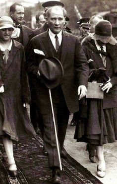 Atatürk, with modern Turkish girls. Ottoman Turks, Turkish Army, The Legend Of Heroes, The Turk, Great Leaders, Historical Pictures, The Republic, Aesthetic Photo, Old Pictures