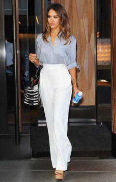 Acheter la tenue sur Lookastic: https://lookastic.fr/mode-femme/tenues/chemisier-boutonne-pantalon-large-sandales-a-talons/20299 — Chemisier boutonné gris — Sac fourre-tout en cuir noir et blanc — Pantalon large blanc — Sandales à talons en cuir brunes claires — Bracelet doré