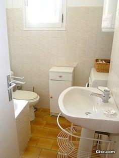 Mas de la Respelido: The bathroom