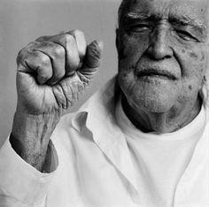 Oscar Ribeiro de Almeida Niemeyer Soares Filho (Río de Janeiro, 15 de diciembre de 1907 – Ibídem, 5 de diciembre de 2012)1 fue un arquitecto brasileño. Seguidor y gran promotor de las ideas de Le Corbusier, es considerado uno de los personajes más influyentes de la arquitectura moderna internacional. Fue pionero en la exploración de las posibilidades constructivas y plásticas del hormigón armado. Dentro de sus principales proyectos arquitectónicos destaca la construcción de Brasilia