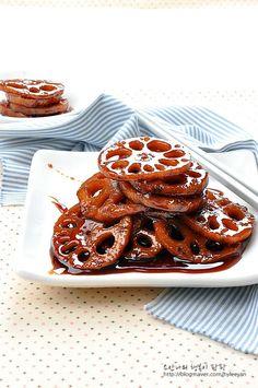 연근조림~ 연근조림 만드는 법, 연근, 연근요리 겨울이 제철인 연근은 연꽃의 뿌리로 성질이 따듯하고 맛이... Korean Dishes, Korean Food, Asian Recipes, Healthy Recipes, Orange Crush, Fritters, Food Plating, Side Dishes, Deserts