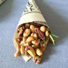 Suchst du ein schnelles Snackrezept für deinen Fernsehabend? Geröstete Rosmarin-Nüsse, mit Rausalz und Ahornsirup, unser 10 Minuten Rezept im Blog.
