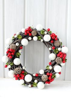 Simple winter wreath inspiration with red, white, and green. Handmade Christmas Decorations, New Years Decorations, Christmas Crafts, Christmas Wonderland, Christmas Makes, Christmas Mood, Xmas Wreaths, Diy Weihnachten, Facebook