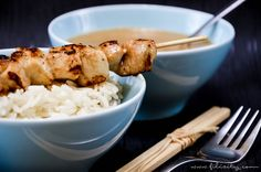 Schnell, einfach & asiatisch lecker: Schnelles Rezept für saftige Hähnchen-Spieße (Sate) mit sämiger Erdnuss-Soße. Perfekt zum Reis oder zu Glasnudeln.