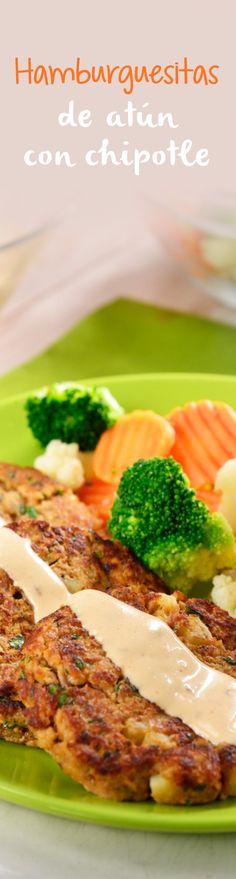 Prepara estas deliciosas y nutritivas hamburguesitas de atún que van acompañadas con una cremosa salsita de chipotle que le dan un toque único, y como guarnición unas ricas verduritas al vapor. ¡Súper nutritivo!