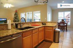 ¿La cocina es tu lugar favorito de la casa? Échale un vistazo a esta cocina e imagina las diferentes maneras en que puedes decorarla. #casa #casas #cocina #luz #comedor #navidad #tv #lcd #madera #granito
